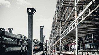 byggområde med armering og stålkontruksjoner