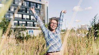 Kathrine Strøm, utviklingssjef i COWI, smiler på et felt i nærheten av byen